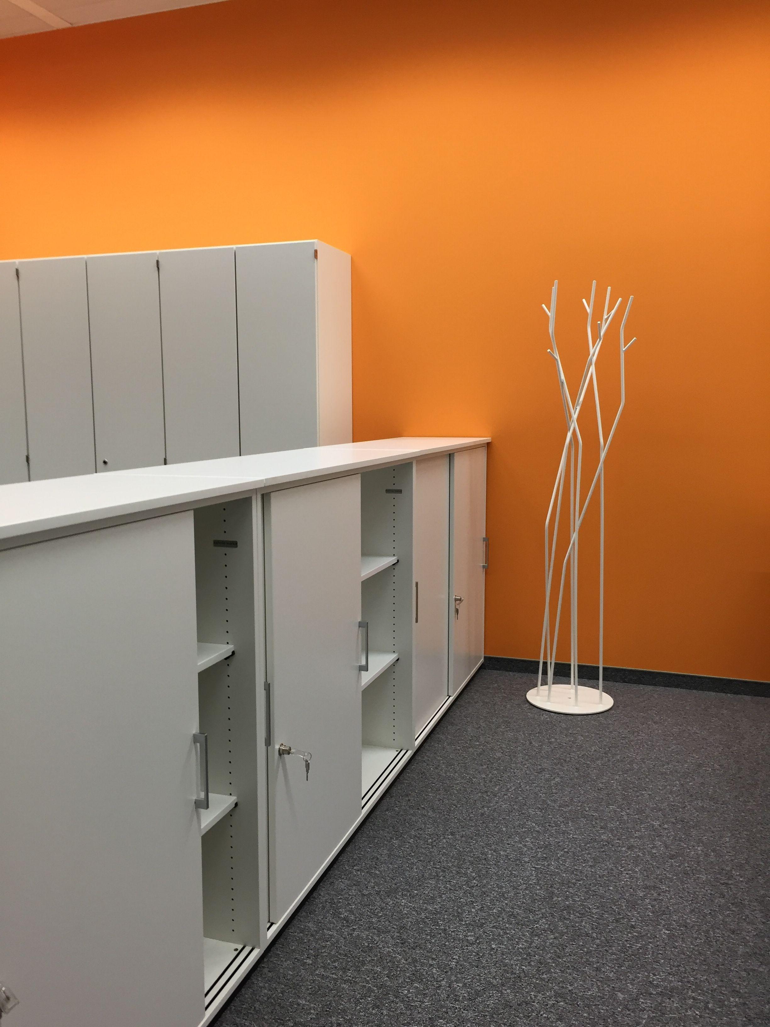 Genugend Stauraum Im Buro Schrank Und Sidboardelemente By Kuhnle Waiko Office Furniture Workspace Interior Design Schranksystem Lebensraume Design