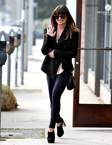 Cute outfit. I love black.  Blazer, jegging and ankle boots.