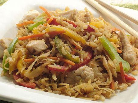 Pollo con vegetales y arroz integral frito. Healthier arroz con pollo with whole grain brown rice