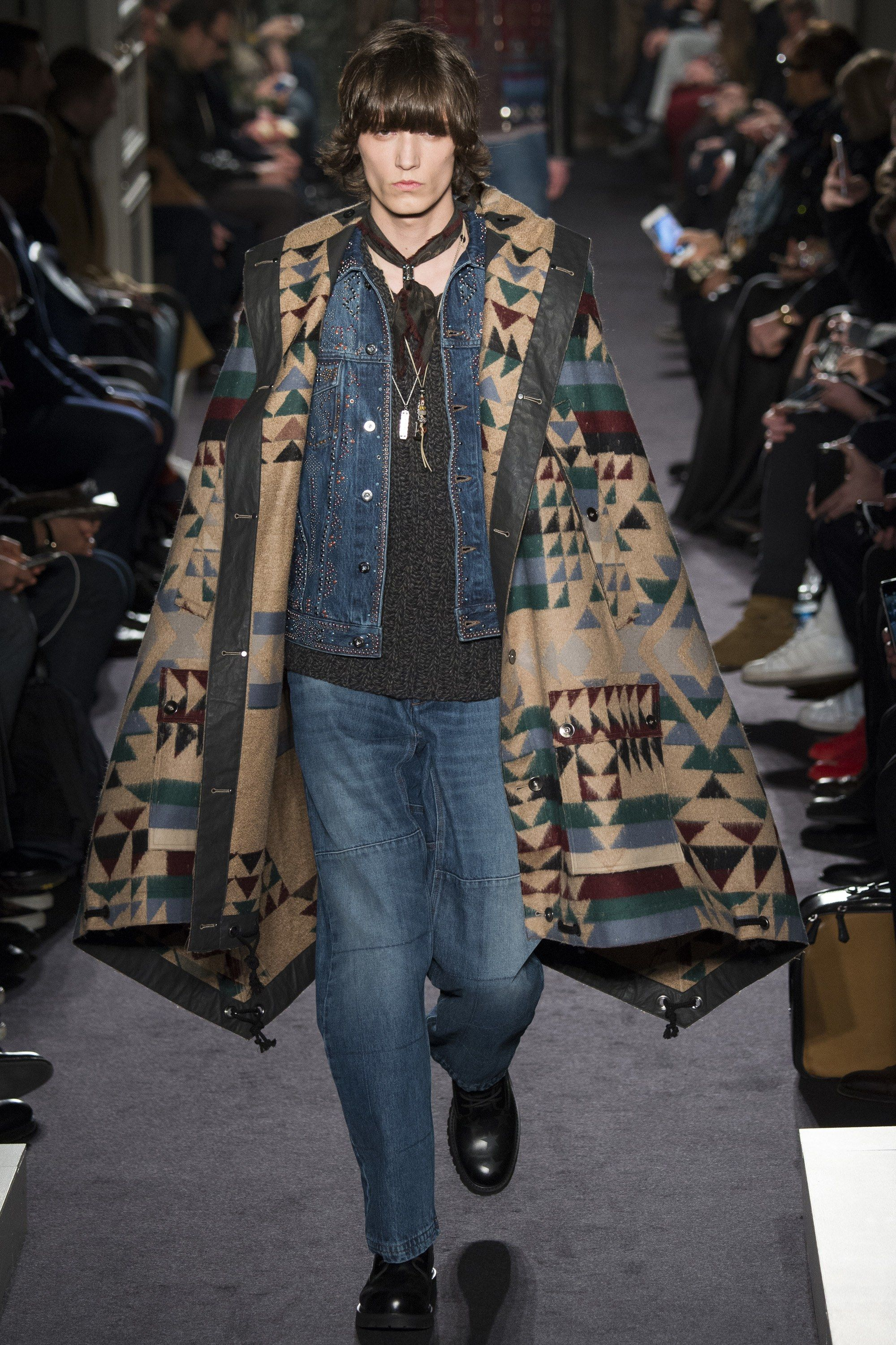 See the complete Valentino Fall 2016 Menswear collection.