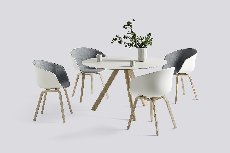 Der About A Chair Aac 22 Des Designers Hee Welling Besticht Mit Seiner Einfachheit Denn Durch Sein Minimalistisches Design Passt Sich Der Stuhl Jeder Umgebung Esstisch Stuhle Minimalistisches Design Esstisch Modern
