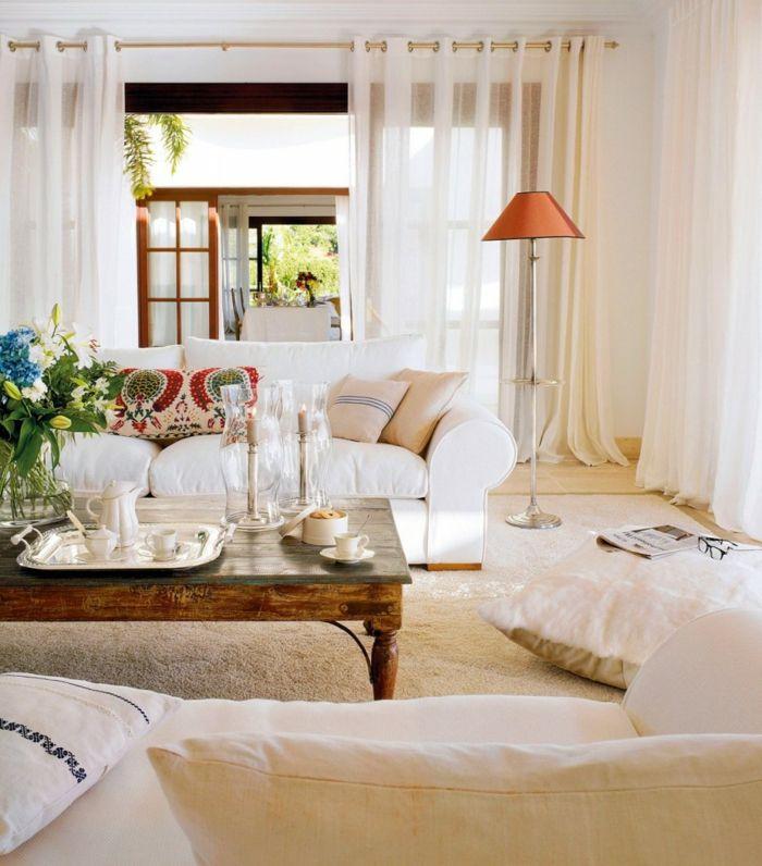 wohnzimmer einrichten weiße sofas sitzkissen antiker couchtisch - wohnzimmer einrichten ideen