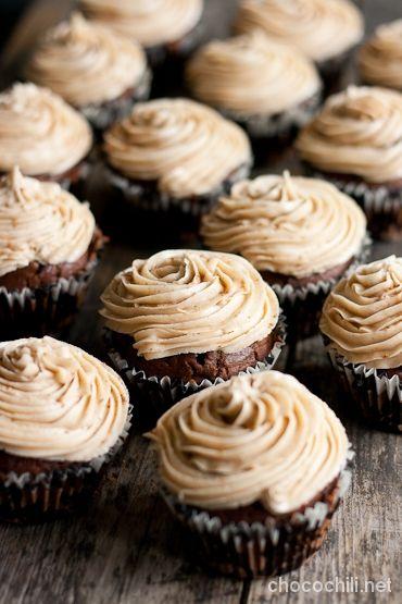 Kun niitä habaneroja kerran on siellä jääkaapissa, piti niitä upottaa leivoksiinkin. Suklaa, kaneli ja chili toimivat aina yhdessä! Minulla oli kaunis ajatus viedä miehen työpaikalle cupcakeja, mutta en ole vieläkään oppinut että kuorrutettujen leivosten kuljettaminen polkupyörällä ei ole koskaan hyvä idea. Aucorin toimistolle päästessäni cupcaket eivät enää olleet ihan niin nättejä kuin kotoa lähtiessä, koska ne…  Lue lisää