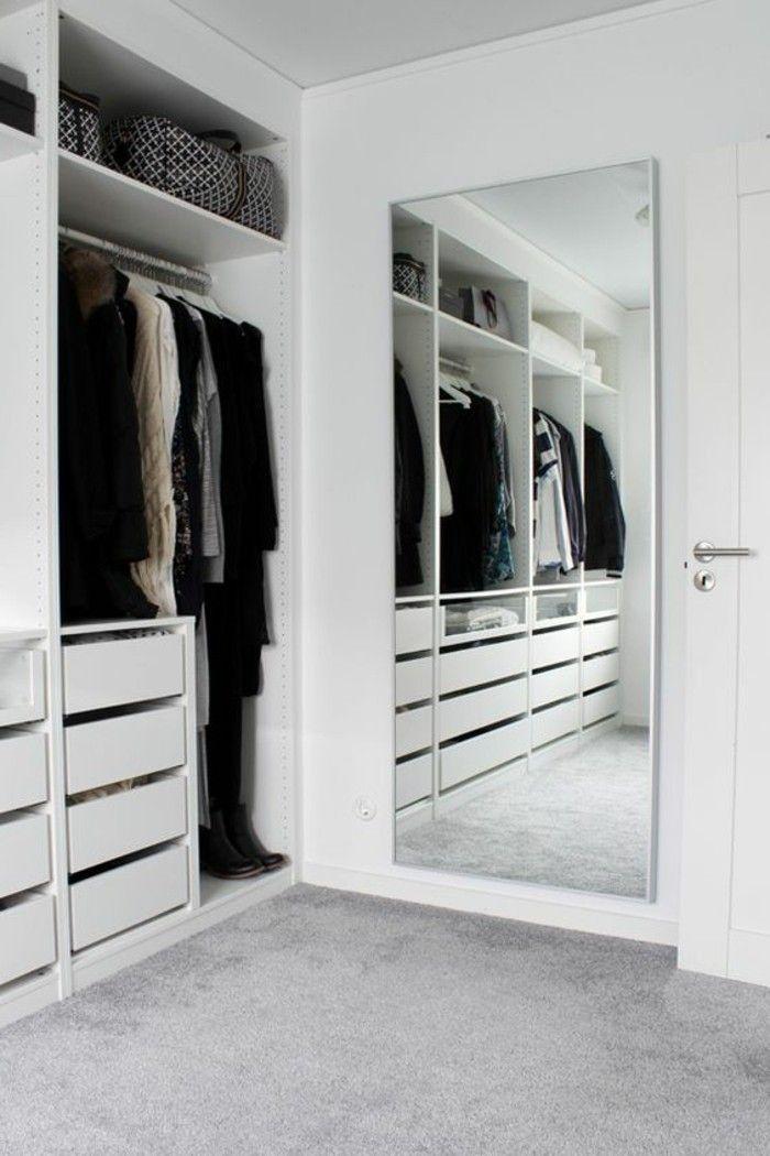 Koferraum Im Ankleidezimmer Grosser Spiegel Schubfacher In 2020 Kleiner Kleiderschrank Offener Kleiderschrank Begehbarer Kleiderschrank Klein