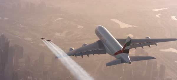 """Vaya imagen la que ha compartido la aerolínea Emirates con su último anuncio: dos pilotos de jetpack volando junto a un avión.  La mezcla es difícil de superar; por una parte tenemos al avión comercial más grande del mundo, que ya es espectacular por sí solo, sin necesidad de hacer nada más que atravesar unas nubes. Por el otro, tenemos a Yves Rossy, mundialmente conocido como """"Jet Man"""" por inventar unas alas a reacción que le han permitido experimentar todo tipo de locuras en el aire."""