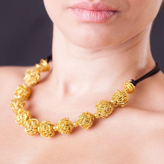 Collar de alambre de la joyería de oro hecho a mano gran. Hermosa mezcla de estilo y color. Se trata de un atractivo collar perfecto para cada ocasión.  Este collar se hace del alambre de aluminio de la joyería, no empañar e hipo-alergénica para personas con alergias al níquel, cobre o latón.  Todas las joyas de la nave en un hermoso estuche listo para regalar y con informaciones de seguimiento.  Todas nuestras joyas son hechas a mano.  Compruebe hacia fuera nuestras otras propuestas…