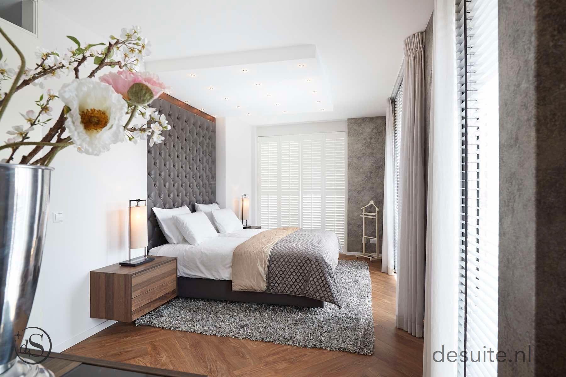Luxe handgemaakt gecapitonneerd bed zwevende nachtkastjes suite