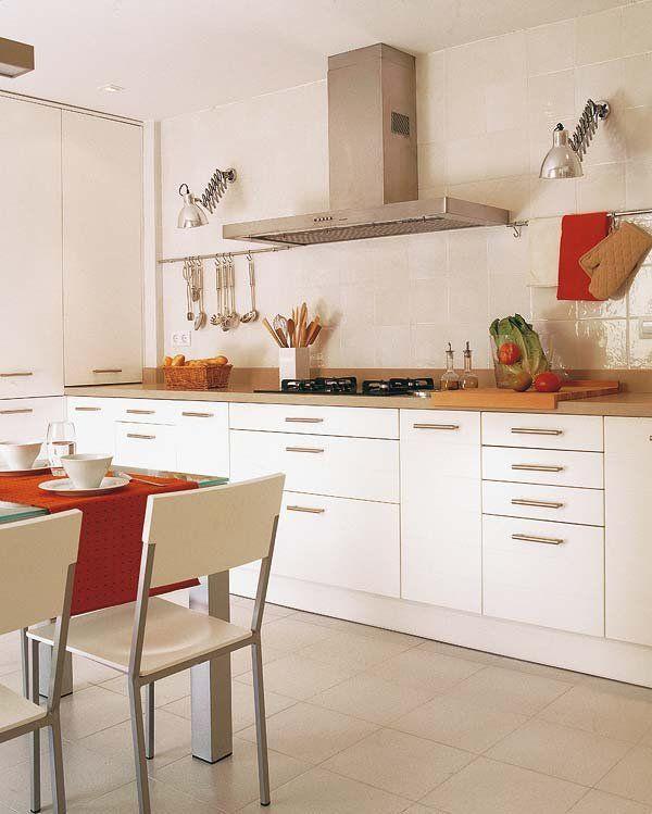 Una casa de 98m² en tonos crudos | Muebles laqueados, Blanco y Cocinas