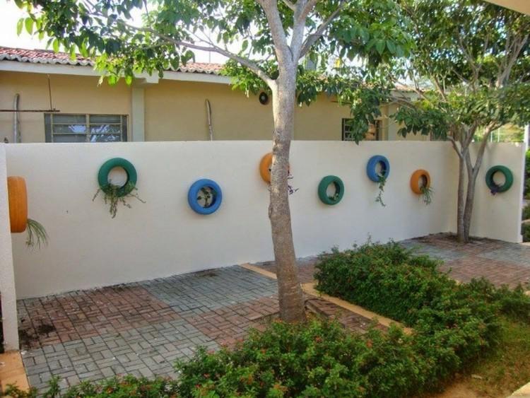 decorar las paredes y los muros del jardn con neumticos