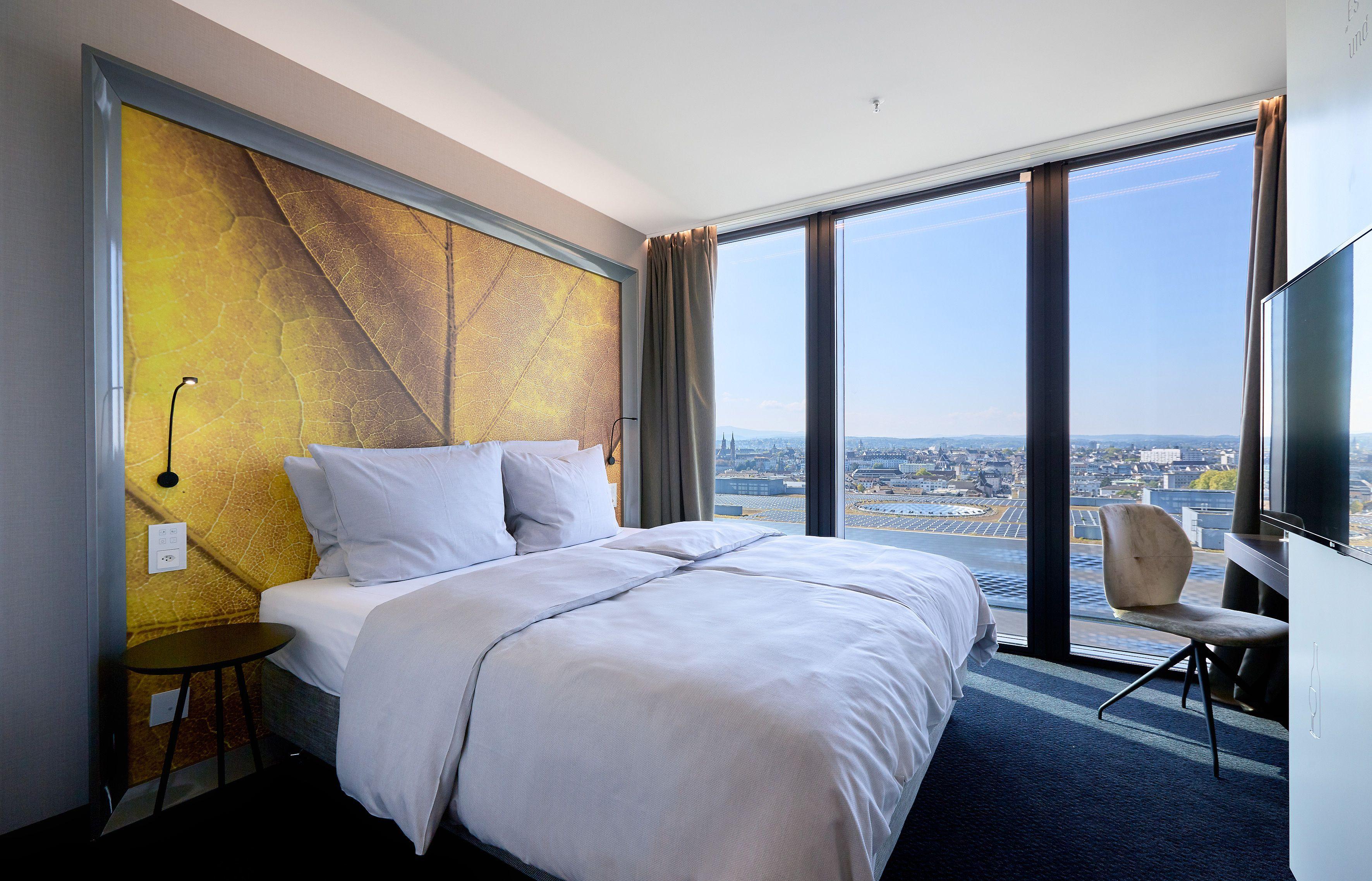 Einblick in das Wohnzimmer in einer der Suiten des Hyperion Hotel ...