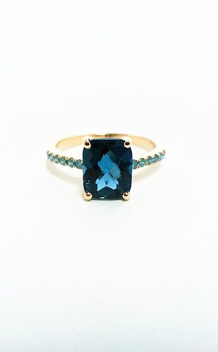 Sonar con anillo de diamante azul