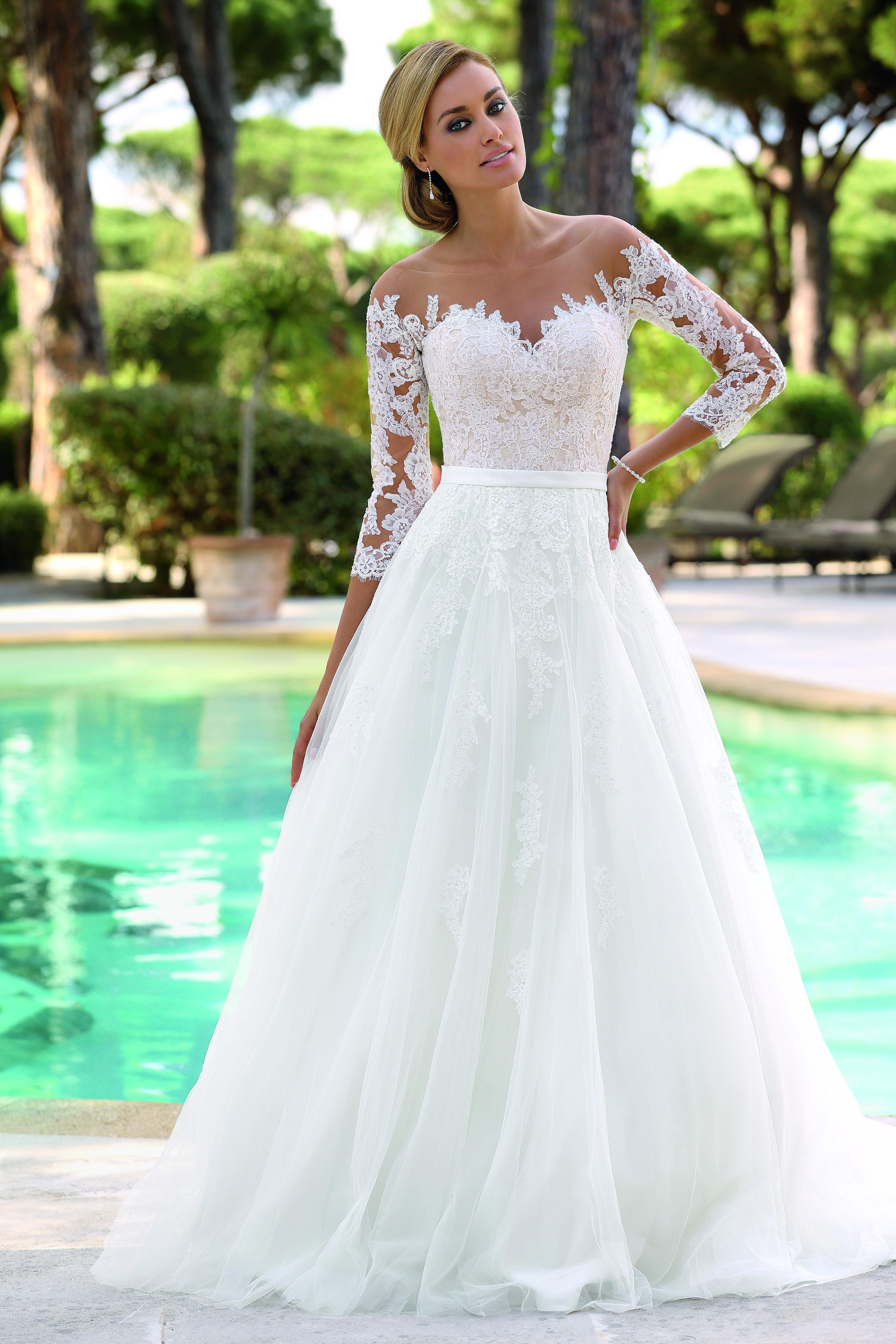 bb574471d75 På denna avdelning finns ett stort utbud med beställningsbara klänningar  till ordinarie priser. Populära märken som Alfred Angelo