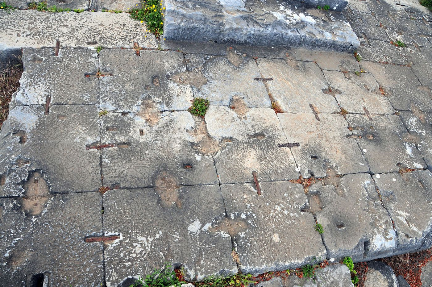 Priene. Templo de Atenea.  Grapado de sillares con las grapas originales. Las grapas quedaban ocultas con la siguiente hilada de sillares.