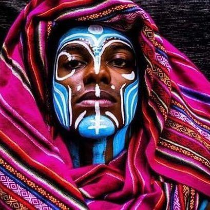 Vestir as cores, despir os medos. Buscar na memória ancestral o que nos faz únicos, e ao mesmo tempo torna a todos nós mais iguais. .    #bodypainting #bodypaint #pinturacorporal #poscacurte #memoriaancestral #ancestral #artesdocorpo #oquenosune #somostofosum