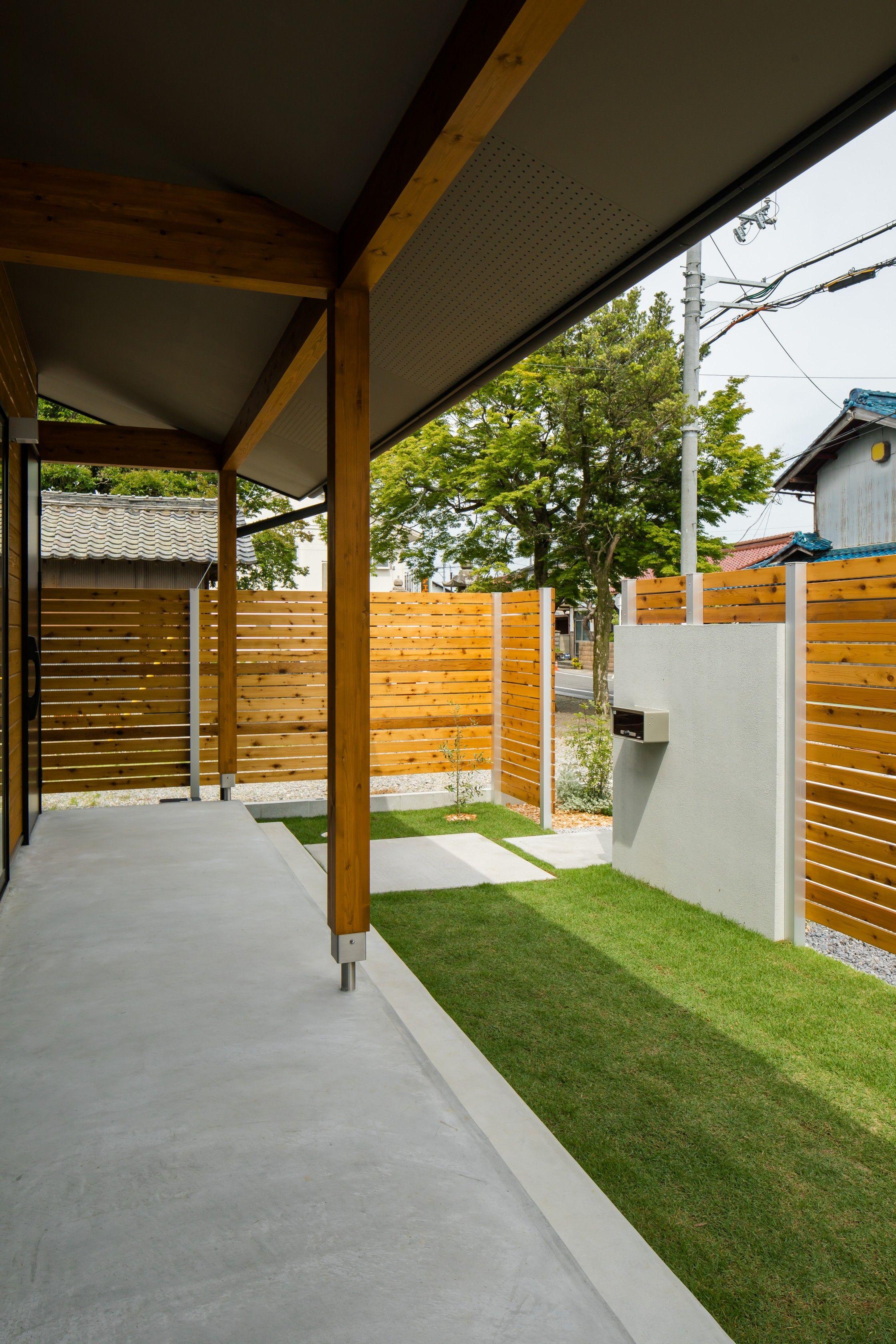 Diyされた板塀の奥に広がる 緑がまぶしいプライベート空間
