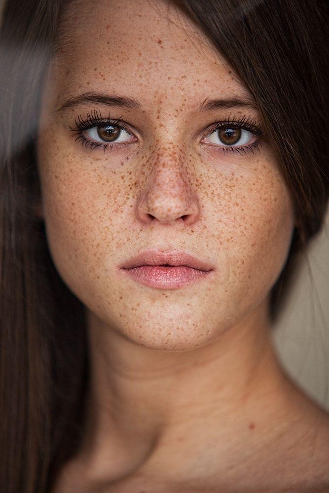 Wunderschöne Sommersprossen Model Porträt | Freckles girl