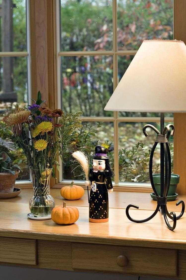 Vor Die Fensterbank Einen Schrank Stellen Und Mit Halloween Figuren Dekorieren