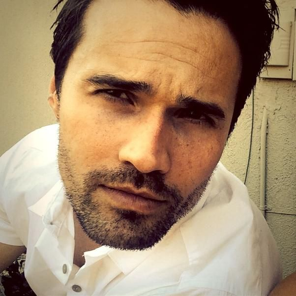 Brett Dalton - Alright ladies and gents, I want to see your best signs at #Comic_Con. The best 1 will get an autographed comic with the Ward variant cover