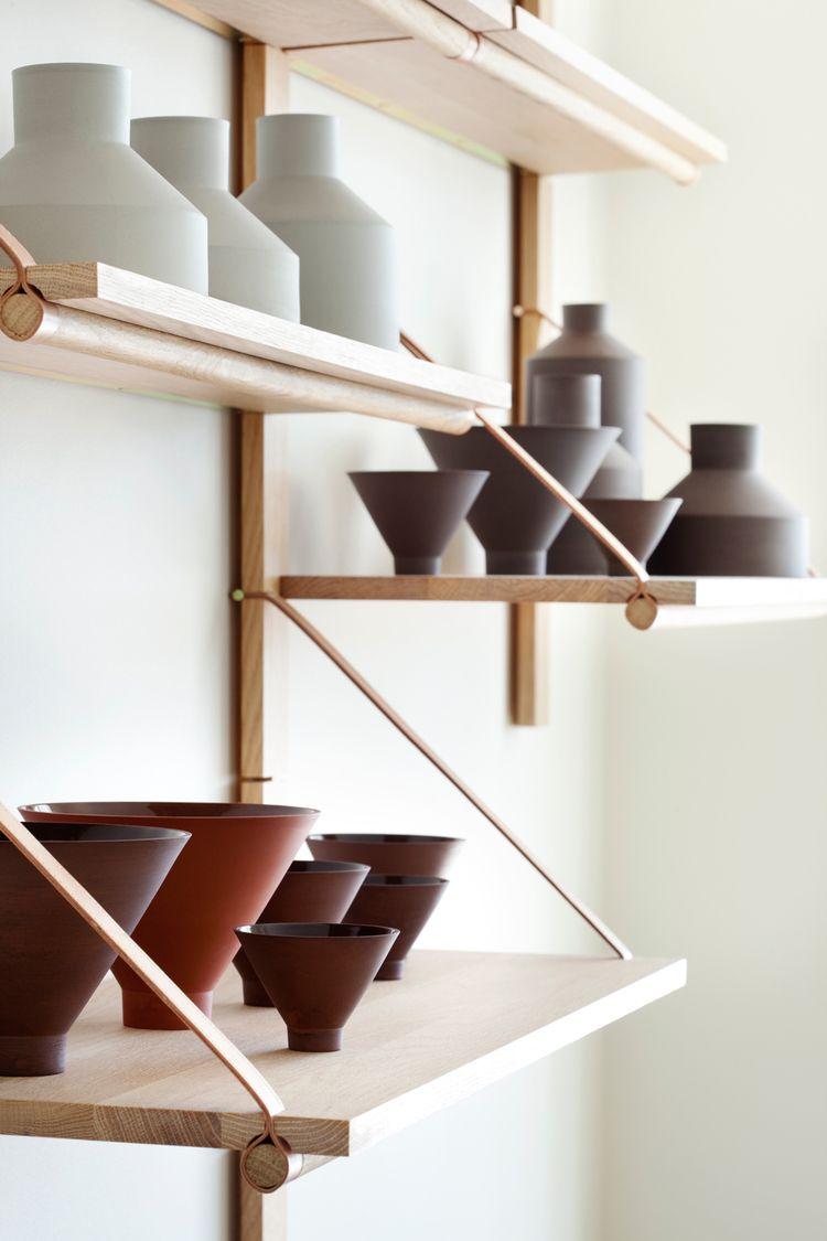 tag re bois suspendues avec des lani res en cuir d co diy. Black Bedroom Furniture Sets. Home Design Ideas