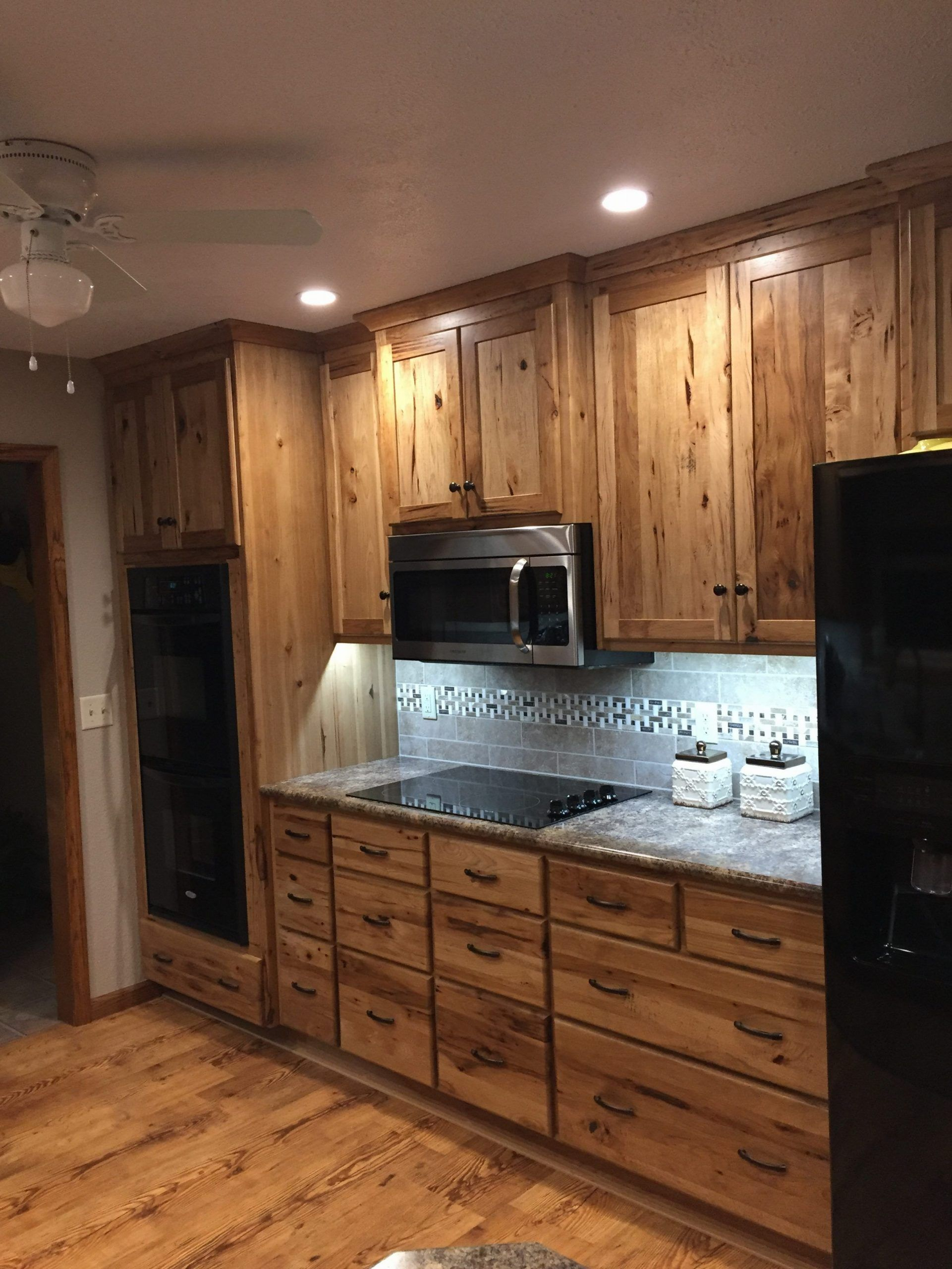 Rustikale Hickory Kuchenschranke Wheatstate Wood Design Lf Wie Die Graue Theke Design Die Grau In 2020 Hickory Kitchen Cabinets Hickory Kitchen Kitchen Cabinets