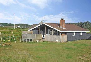 Gemütliches Ferienhaus mit geschützter Terrasse. Die Terrasse ist geschloßen und es gibt einen Außenkamin. 2 Hunde können mitgebracht werden.