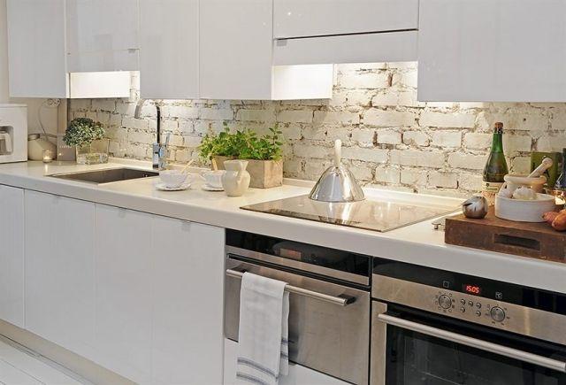 Rustikale Wand mit weiß gestrichenen Ziegeln-Küche Landhausstil - fliesenspiegel glas küche