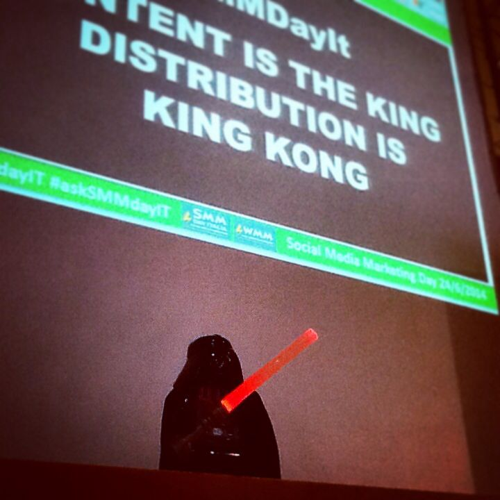 "#DartFener sempre presente. Recita anche il claim del #SMMdayIT ""Content is the King, Distribution is King Kong"" #lego @21mmcds"