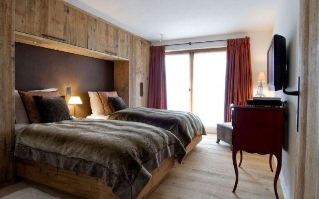 schlafzimmer gestaltung chalet massivholz kleiderschrank wand ...