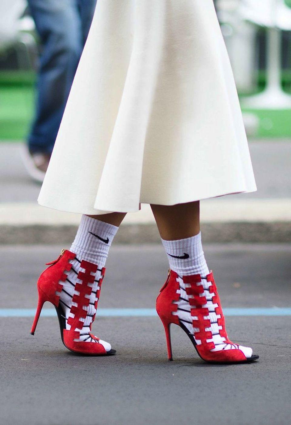 9a47b17ea0b Les chaussettes de sport et les sandales ouvertes