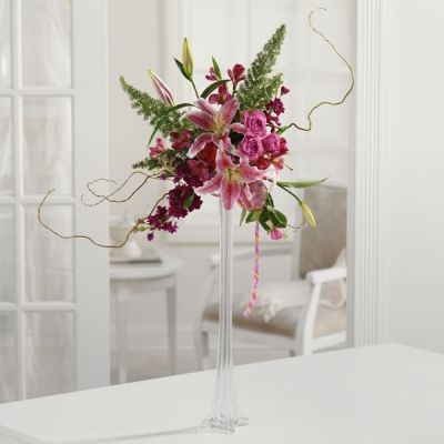 Our elevated centerpiece with \u0027Stargazer\u0027 lilies, foxtail fern and - decorar jarrones altos