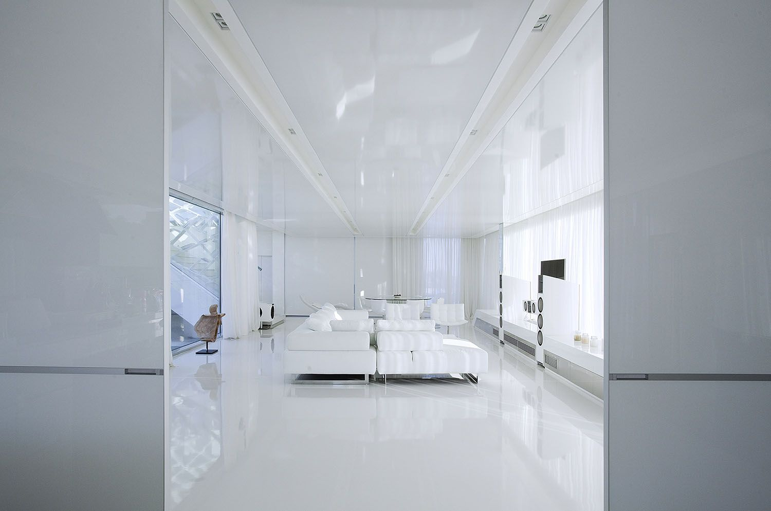 White living room in an Impressive Ultra Modern House in Athens ...