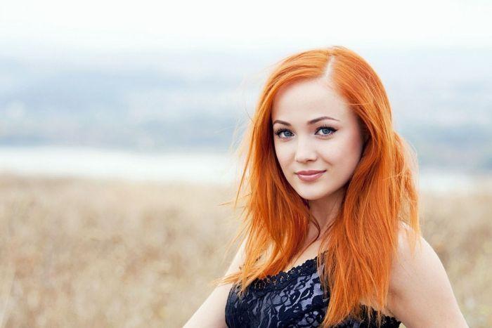 красивую девочку с красными волосами ебут