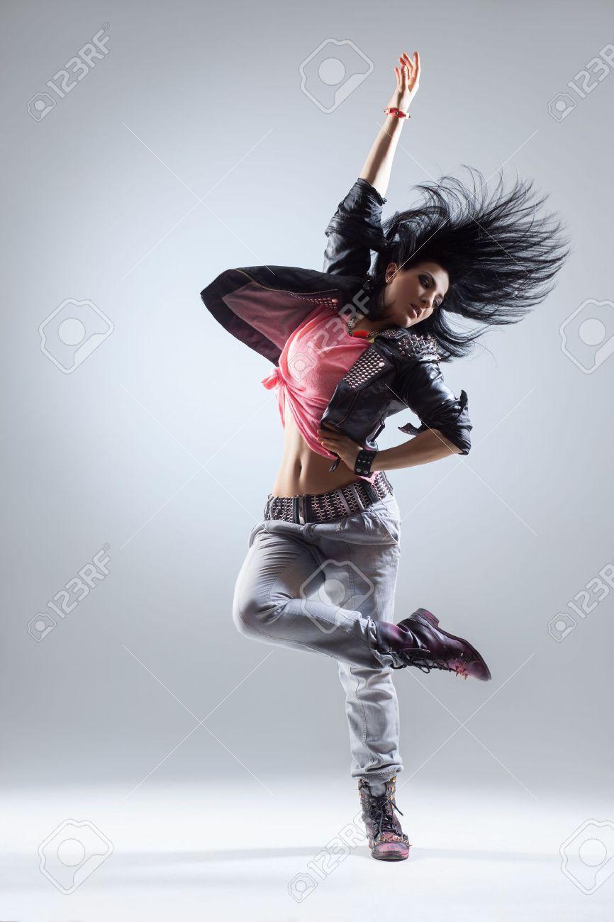Connu Jeune Et Belle Danseuse Posant Sur Un Fond De Studio Banque D  IW43