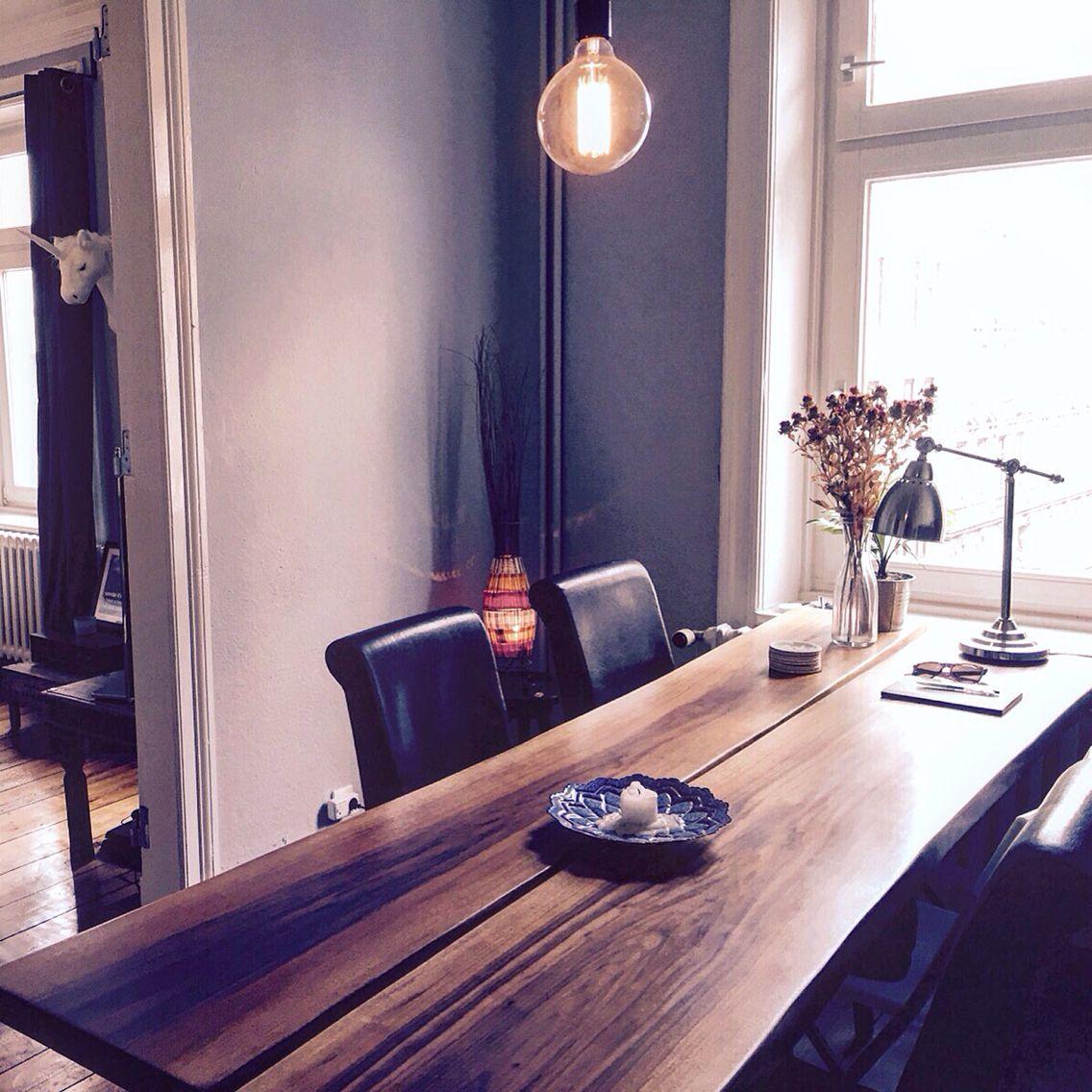 Moderner Esstisch aus Massivholz. Die Tischplatte besteht aus 2 ...