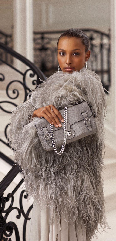 3d71162fa708 Les pièces grises de la Ralph Lauren Collection incarnent la nonchalance  glamour de la femme moderne.
