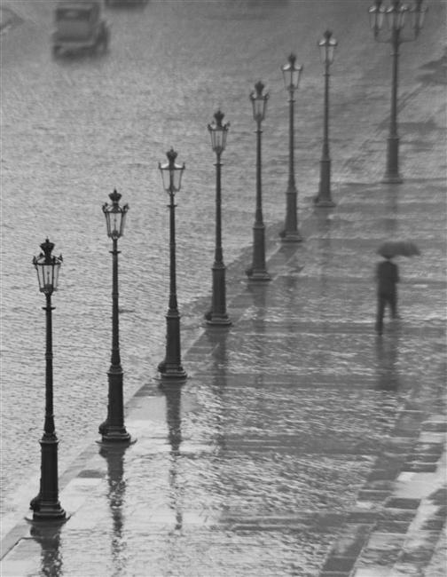 Andre Kertesz Sous La Pluie Paris Sous La Pluie Photo Noir Et Blanc
