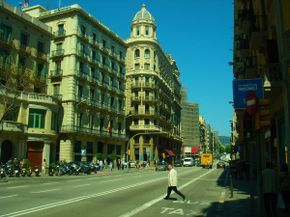 Jefatura de policía de Barcelona (a la izquierda, con bandera), en la Vía Layetana
