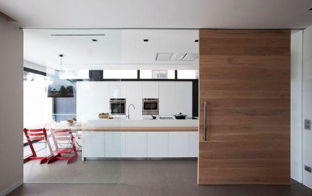 Cocina semiabierta con frentes lacados en blanco, un proyecto de ...