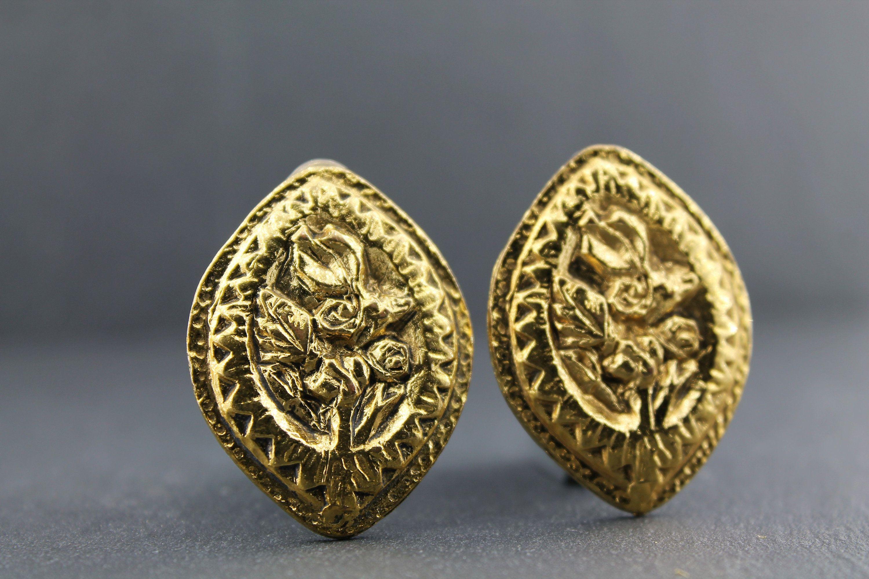 Photo of MICRIS – Vintage geschnitzte gehämmerte und ziselierte goldene Ohrringe / Flower Design