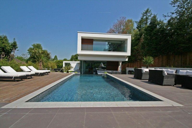 Maison contemporaine avec piscine à débordement en Angleterre House - location maison cap d agde avec piscine