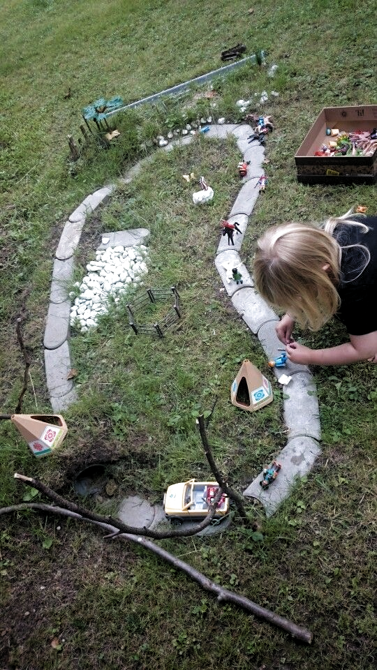Kinder Im Garten Idee Zum Spielen Kimberly Abrams Abrams Garten Idee Im Kimberly Kinder Spielen Z In 2020 Kinder Garten Garten Spielplatz Spiele Im Garten
