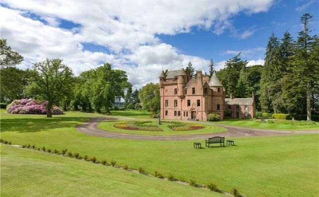 UPDATE: Taylor Swift Shoots Down Rumors That She's Buying Her Own Scottish Castle  - ELLEDecor.com