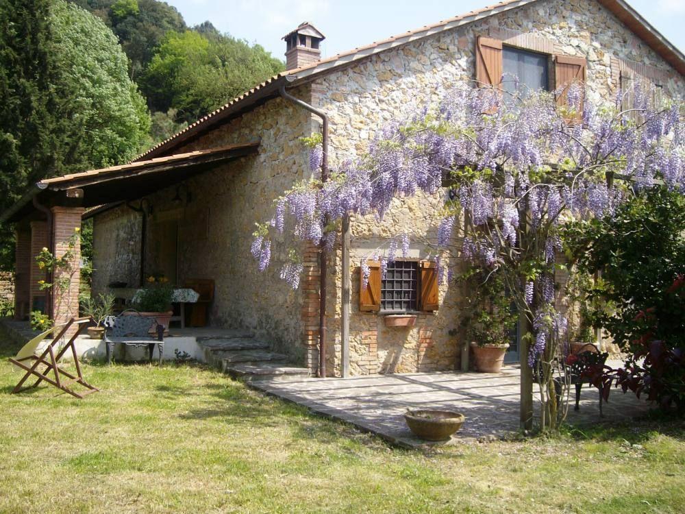 Caratteristica casa di campagna umbra in bellissima for Piani di casa cottage con portici
