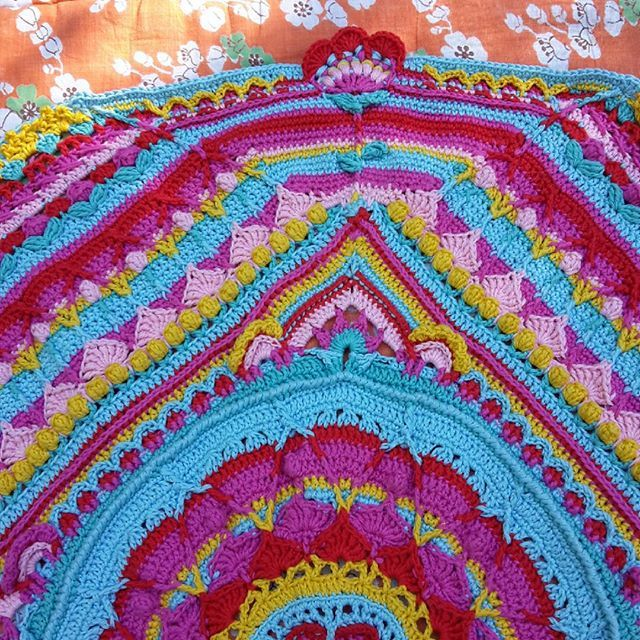 Loistava sää virkata ulkona  Part 8 done. #sophiesuniversecal2015 #sophiesuniverse #virkkaus #virkning #crochet #alizebella by marir76