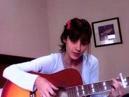 Medialuna tocando la guitarra