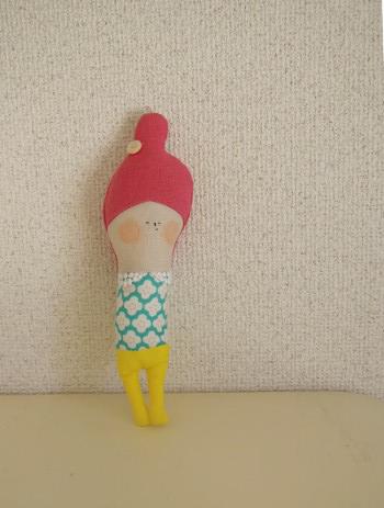 コットンやリネンなどの生地を組み合わせて作った人形です。ちょっぴり幸薄そうな素朴な表情に和んでいただけると嬉しいです。握って押すとプープーと音が鳴ります。出産...|ハンドメイド、手作り、手仕事品の通販・販売・購入ならCreema。