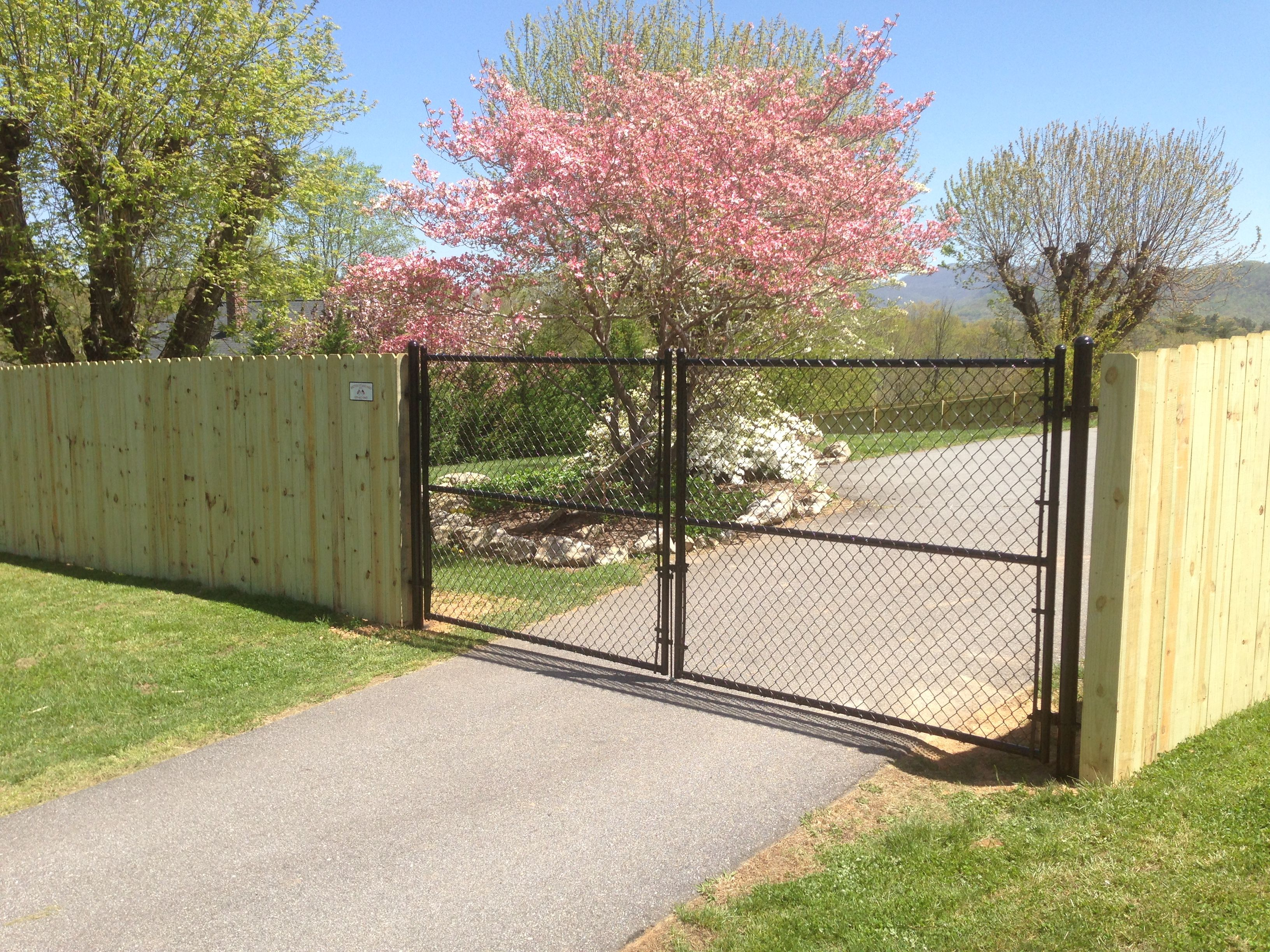 Chain Link Driveway Gate With Wood Privacy Fence Chain Link Fence Gate Chain Link Fence Cost Chain Link Fence Installation