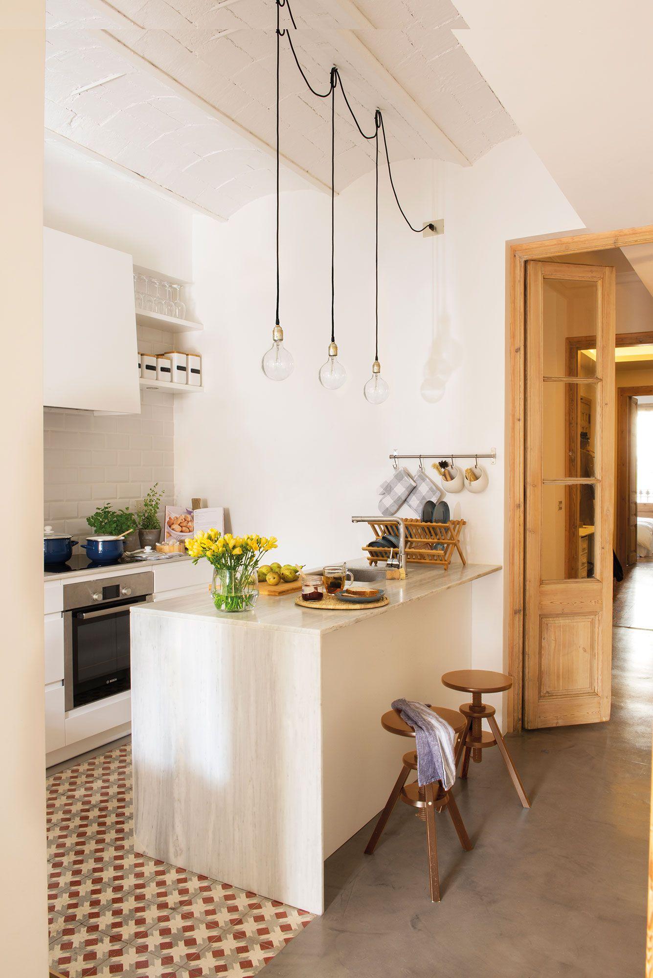 Cocina en blanco abierta al pasillo y con suelo hidráulico | Cocinas ...