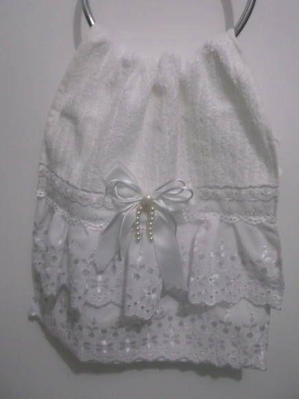 Toalha de lavabo com rendas em algodão, passa fita, acabamento com fita bebê e pérolas.  Faço em diferentes cores e tamanhos (consultar)
