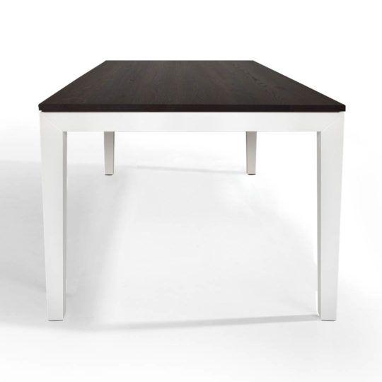 Tisch Pantera in Eiche geräuchert mit weissem Untergestell